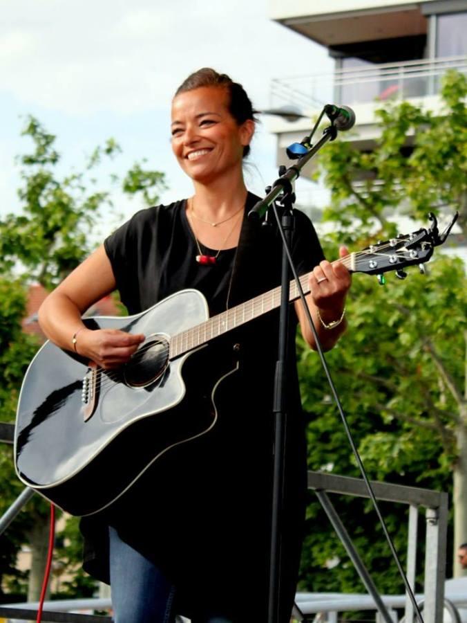 Larissa, guitares acoustique et électrique, voix
