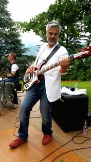 Smart et élégant notre bassiste.